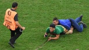 Polonia-Portogallo, tifoso invade il campo per abbracciare Ronaldo
