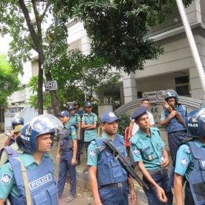 Strage di Dacca, funerali di Stato solo in Bangladesh. L'Italia studia che fare