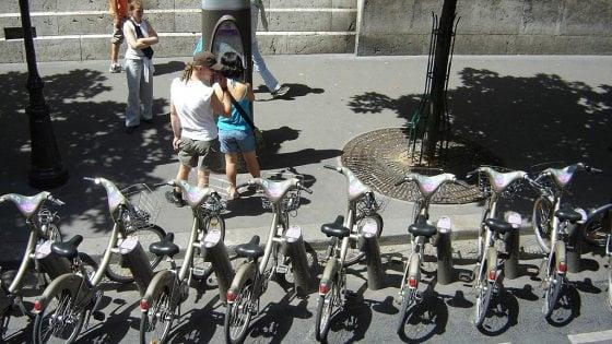Parigi val bene una bicicletta: la mobilità a pedali mette il turbo