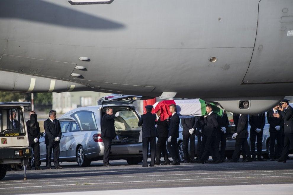Bandiere e lacrime: rientrate le salme dei nove italiani uccisi a Dacca