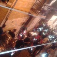 Lavello, esplode bombola del gas: morti e feriti. I soccorsi in strada