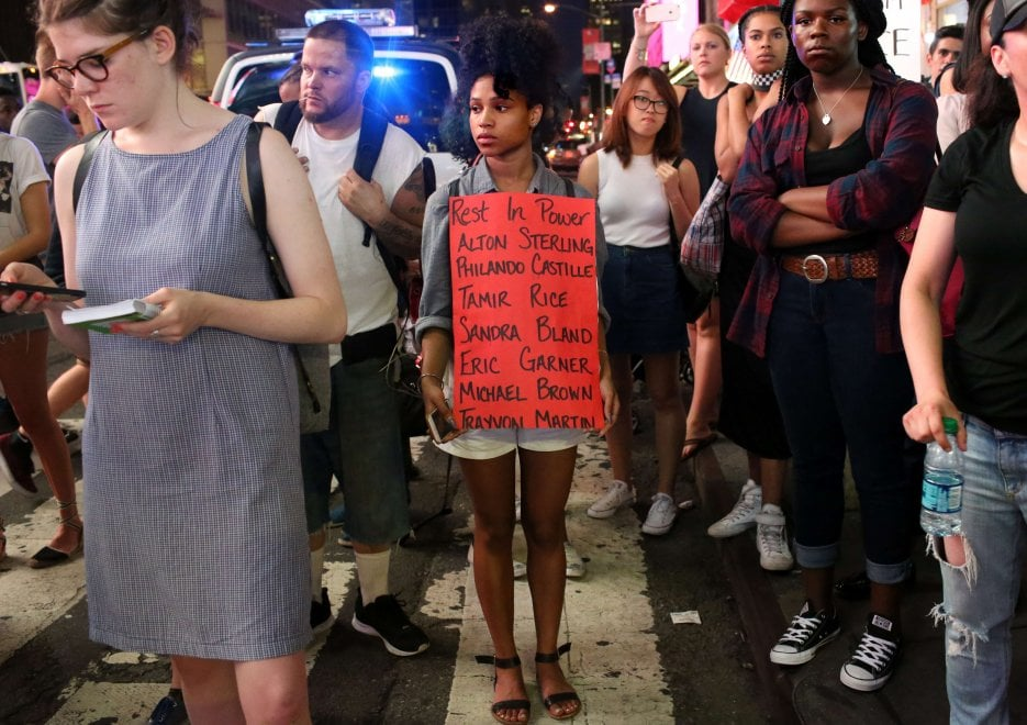 """Usa, proteste in tutta la nazione. Slogan e cartelli: """"Le vite dei neri contano"""""""