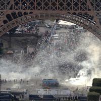 Euro 2016, scontri a Parigi sotto la Tour Eiffel: la polizia usa lacrimogeni