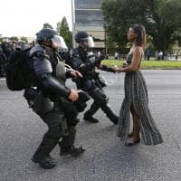 Fronteggia la polizia disarmata: arrestata. La foto simbolo delle proteste di Baton Rouge