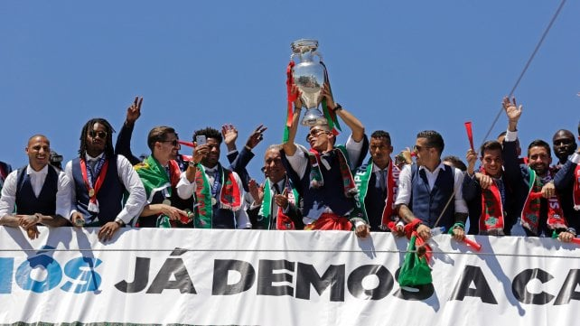 """Portogallo, accoglienza da eroi per i campioni d'Europa. Ronaldo: """"Siamo nella storia"""""""