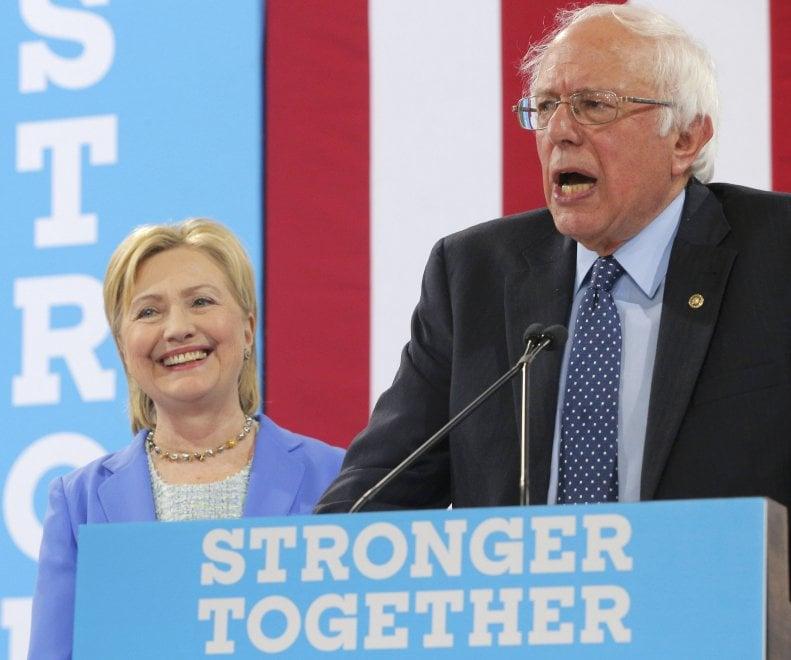"""Sanders appoggia Clinton: """"La aiuterò a diventare presidente"""""""