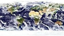 Così cambiano le nuvole e ci ritroviamo tutti ai Tropici  di ELENA DUSI