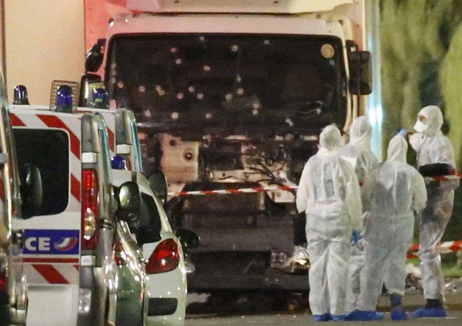 Strage Nizza, il camion della strage crivellato dai colpi della polizia