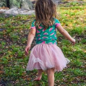 A piedi nudi nel parco, come fa bene camminare scalzi