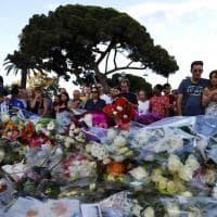 Strage Nizza, fiori e lacrime per ricordare le vittime. Il memoriale sulla Promenade