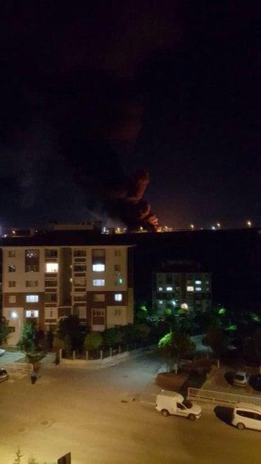 Tentato golpe in Turchia, colonna di fumo su Ankara