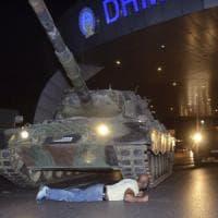Turchia, fallito il colpo di Stato contro Erdogan. Ore di caos nel Paese: almeno 90 morti e 1563 golpisti arrestati