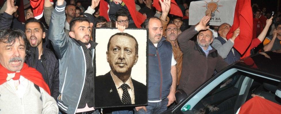 il popolo bue intorno alla foto del dittatore