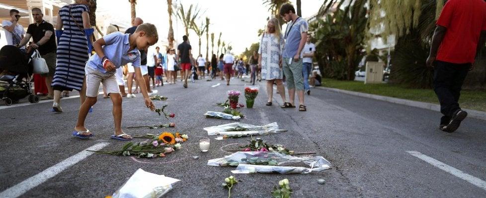 """Nizza, tre nuovi arresti. Killer inviò sms a complice prima della strage: """"Manda più armi"""""""