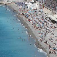 Nizza torna alla normalità. I turisti affollano la spiaggia