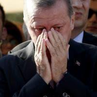 Turchia, le lacrime di Erdogan al funerale dell'amico ucciso nel golpe