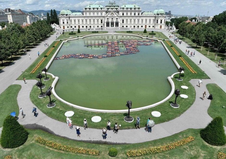Vienna, giubbotti salvataggio migranti diventano fiori di loto: l'installazione di Ai Weiwei