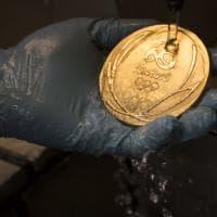 Rio 2016, la lavorazione delle medaglie ecosostenibili