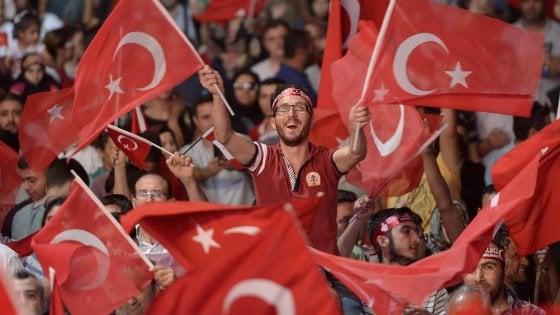 """Turchia, gli ultrà dell'Islam a Istanbul: """"Ora tutte le donne avranno il velo"""""""