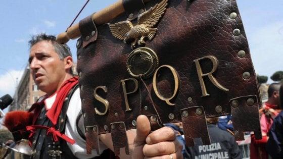 Roma, tornano i centurioni: l'eterna legione nel suk del Colosseo