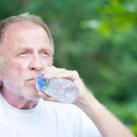 Anziani, come difendersi dal caldo: 10 bicchieri d'acqua, pesce azzurro