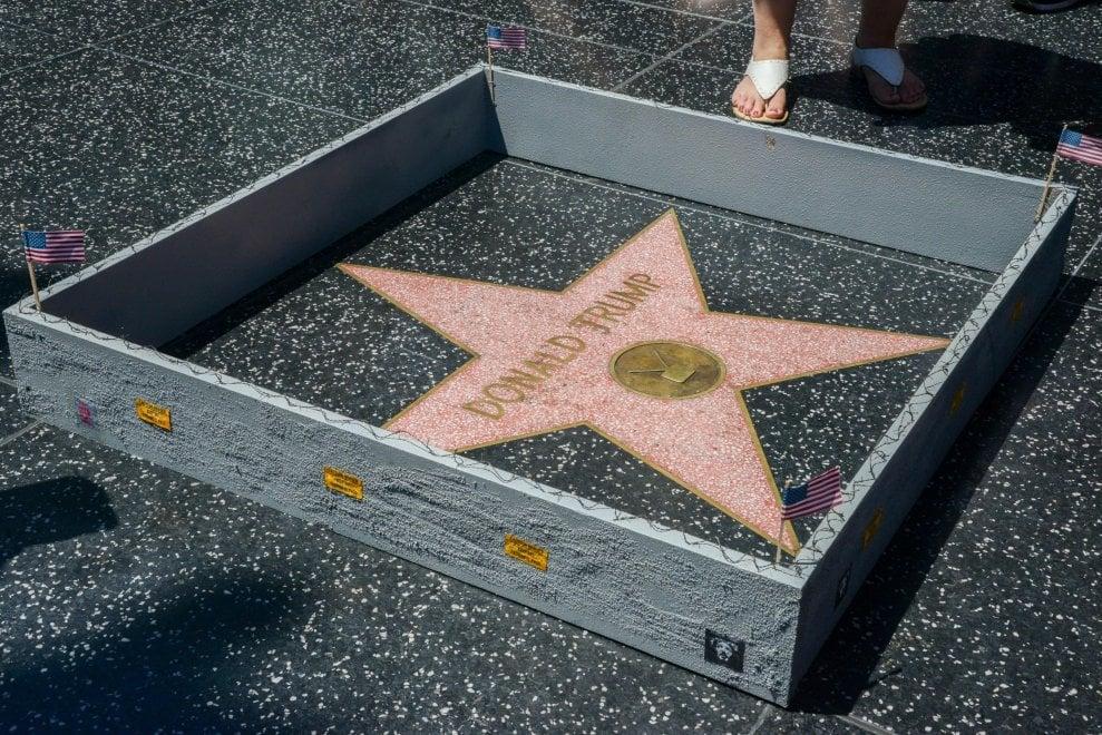 Donald Trump, un muro intorno alla stella del tycoon sulla Walk of Fame