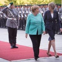 """May e Merkel, l'intesa fra le lady di ferro. La premier britannica: """"Fuori dall'Unione..."""