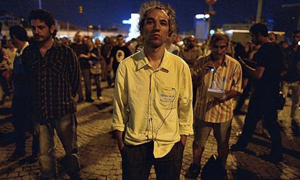 Turchia, in piedi e in silenzio: la nuova protesta
