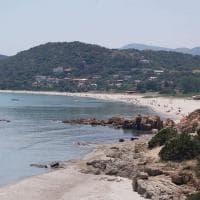 Sardegna, turista svedese ruba sabbia dalla spiaggia: tre bottiglie piene e tremila euro di multa