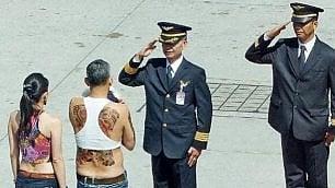 Il principe thailandese dà scandalo Barboncino e tattoo in vista