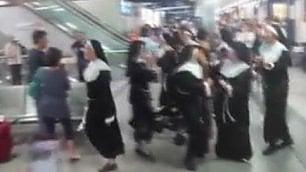 Le suore ballano in aeroporto è il benvenuto a Lamezia Terme