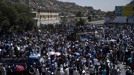 Afghanistan, attentato kamikaze su corteo a Kabul: 80 morti. L'Is rivendica