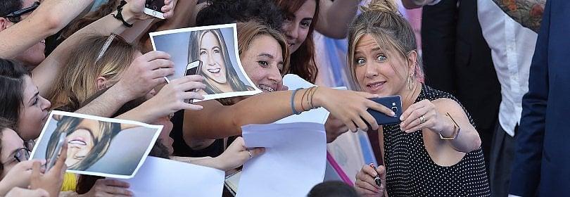 """Festival Giffoni, Jennifer Aniston strega i ragazzi """"Lasciate il telefono e guardate alla vita"""" Video   Foto"""