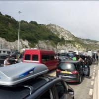 Francia, controlli alla frontiera: 15 ore di coda a Dover, Londra invia rinforzi