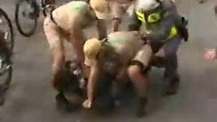 Tenta di rubare la torcia olimpica Bloccato e arrestato dalla polizia