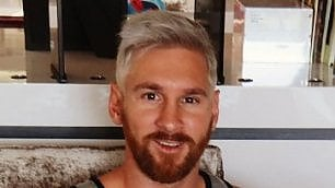 Biondo platino e barba lunga Il nuovo look di Leo Messi