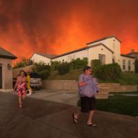 California, a fuoco i boschi: migliaia di persone evacuate, un morto