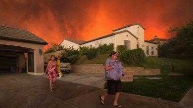 Foto  California, maxi-incendi a nord di LA evacuati in migliaia, un morto   video