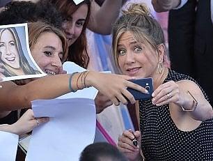 """Aniston: """"Stop al telefono e guardate alla vita"""""""