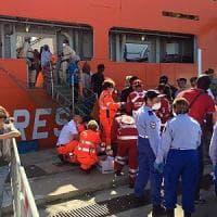 Migranti, 41 corpi su una spiaggia della Libia. Nuovi sbarchi a Vibo, Cagliari e Messina