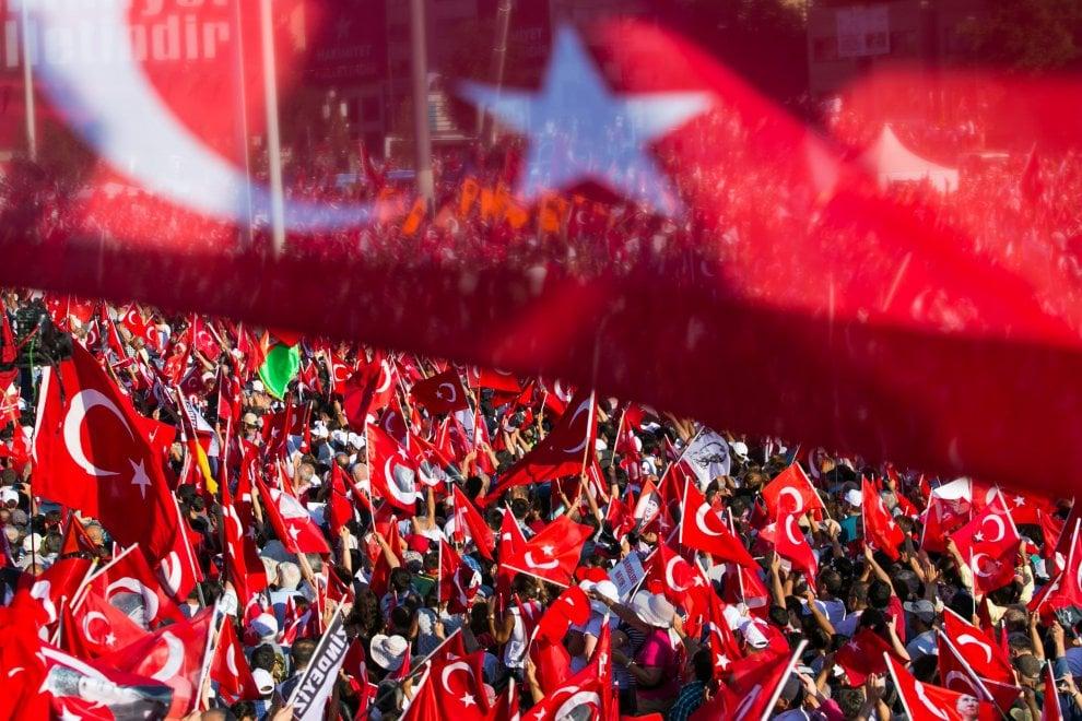"""Istanbul, l'opposizione in piazza Taksim: """"Contro il golpe ma anche contro lo stato d'emergenza"""""""