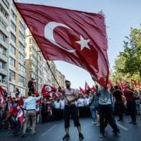"""Turchia, scende in piazza l'opposizione: """"No al golpe, ma difendiamo la democrazia"""""""