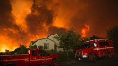 Foto  California, maxi-incendi a nord di LA evacuati in migliaia, un morto   video