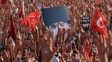 """Istanbul, la Turchia laica riempie piazza Taksim: """"Contro golpe, ma no  a stretta  sui diritti""""   foto"""