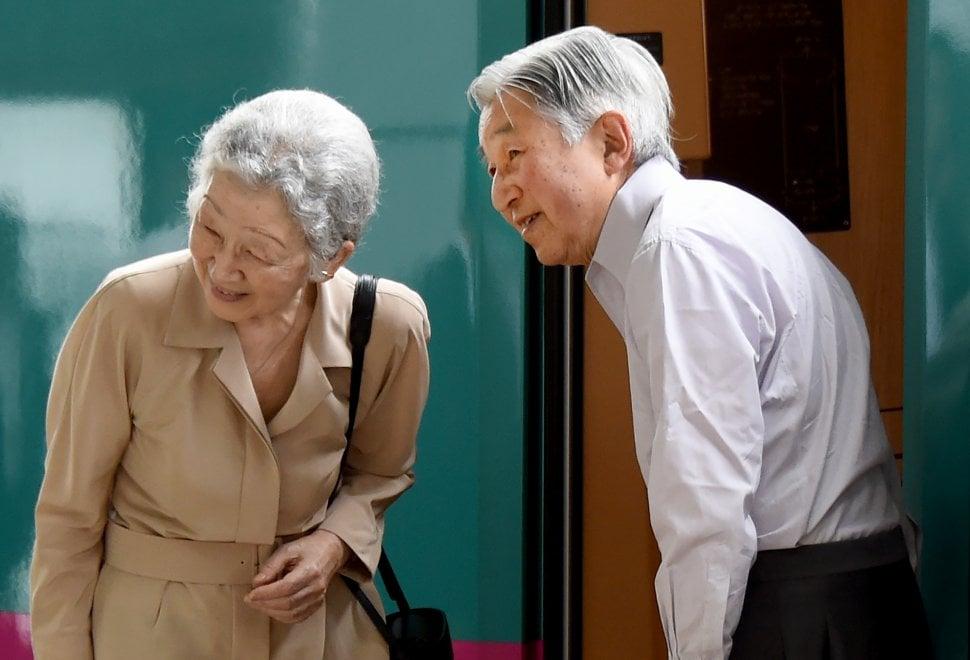 Giappone, le vacanze estive di Akihito: l'imperatore viaggia in treno