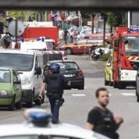 Francia, attacco a una chiesa vicino Rouen. Sgozzato il parroco, uccisi