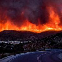 Grecia, fumo e fiamme: a Chios è emergenza incendi
