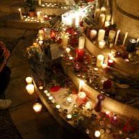 Candele e fiori per Jacques Hamel: la Francia piange il prete ucciso in chiesa