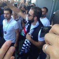 Higuain a Torino: le prime foto con la sciarpa della Juve
