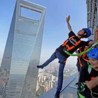 Shanghai, passeggiata da brividi ai bordi del grattacielo